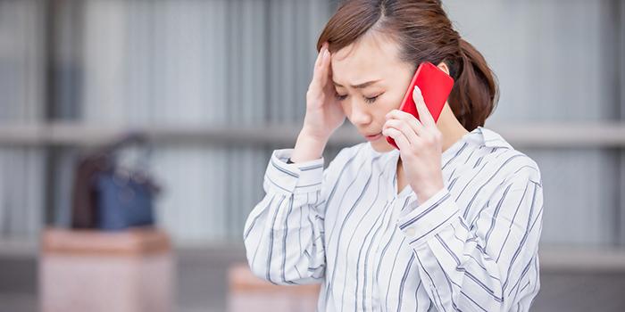 クレジットカード現金化を疑われて焦りを感じる女性