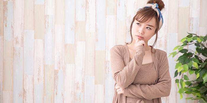悪質業者かどうかを見極めようとする女性